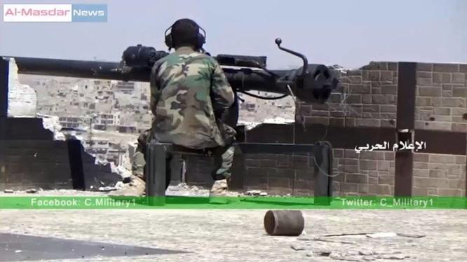 Binh sĩ Syria sử dụng pháo không giật B-10 ở Aleppo
