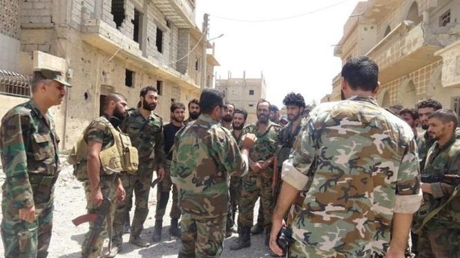 Các binh sĩ quân đội Syria đang nghe truyền đạt mệnh lệnh tại một đường phố thành phố Deir Ezzor