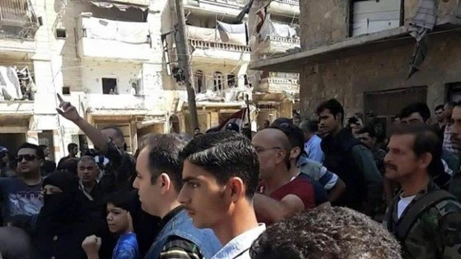 Người dân thoát ra khỏi khu chiến sự nhận viện trợ nhân đạo từ các binh sĩ Syria