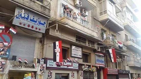Nhà nhà ở Aleppo treo cờ Syria mừng chiến thắng