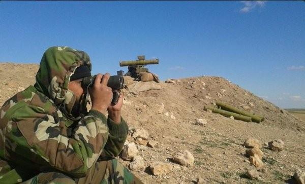 Một binh sĩ lực lượng Tigers đang quan sát trận địa