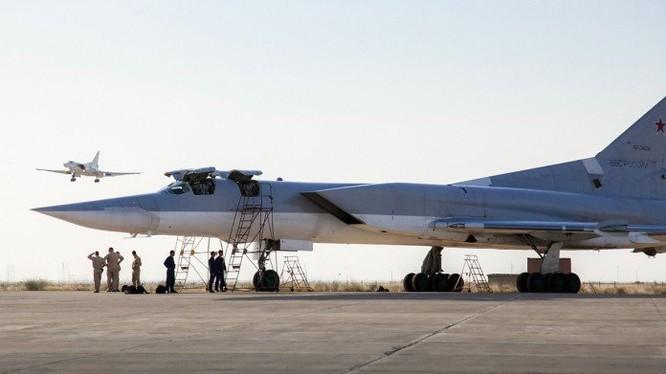 Các máy bay chiến lược Tu-22M3 trên sân bay Iran