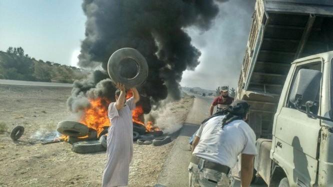 Các tay súng Hồi giáo cực đoan đang đốt lốp xe ngụy trang