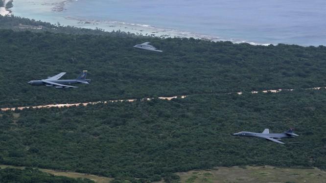 Các máy bay ném bom B1, B2, B 52 trên căn cứ đảo Guam