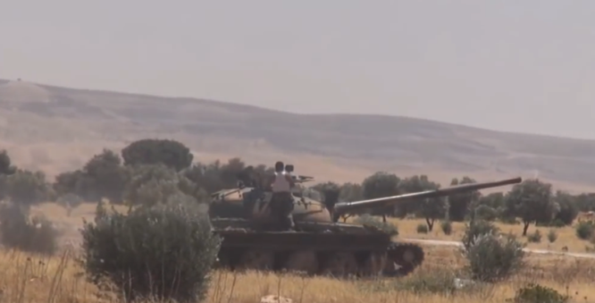 Xe tăng quân đội Syria tấn công trên hướng Tây Nam Aleppo