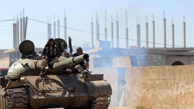 Xe tăng quân đội Syria trên chiến trường ngoại ô thị trấn Morek, Hama