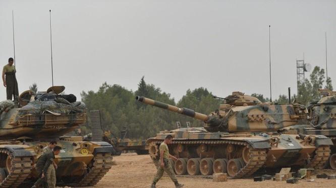 Quân đội Thổ Nhĩ Kỳ triển khai xe tăng dọc tuyến biên giới Syria