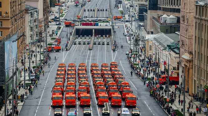 Đoàn xe dịch vụ công diễu hành trên đường phố Moscow