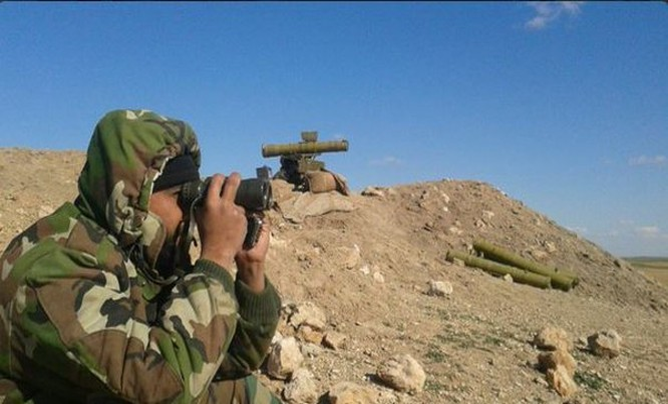 Quân đội Syria sử dụng ống nhòm quan sát chiến trường