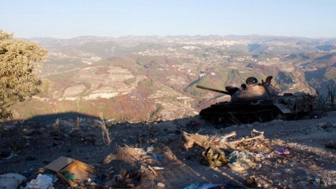 Xe tăng quân đội Syria đánh trả cuộc tấn công của lực lượng Hồi giáo cực đoan trên chiến trường Latakia