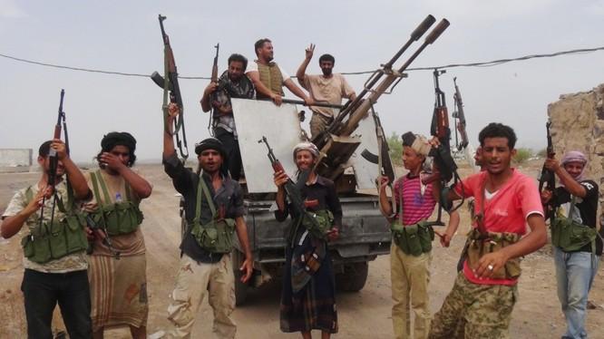 Chiến binh Houthi hân hoan mừng chiến thắng