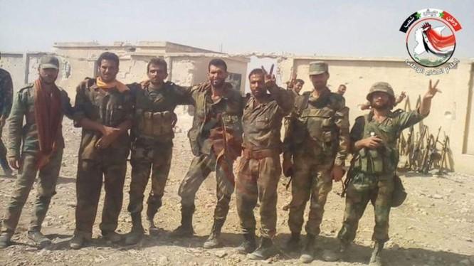 Binh sĩ quân đội Syria trên vùng nông thôn tỉnh Hama