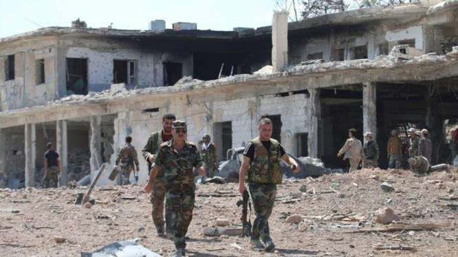 Các sĩ quan binh sĩ quân đội Syria ở quận miền Nam Aleppo