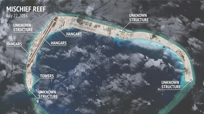 Đá Vành Khăn đã bị Trung Quốc bồi lấp trái phép thành đảo nhân tạo với đường băng, nhà chứa máy bay và các cơ sở quân sự