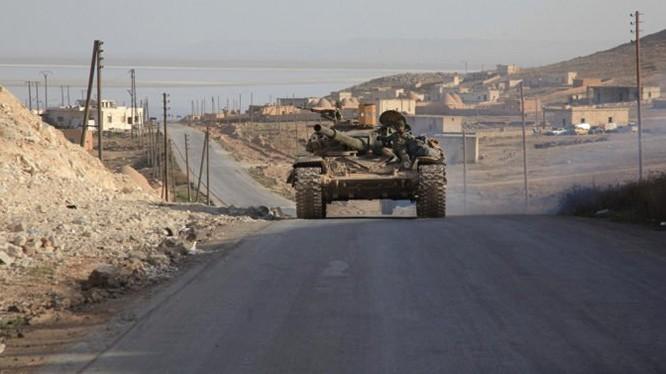 Xe tăng quân đội Syria tuần tra trên đường giao thông