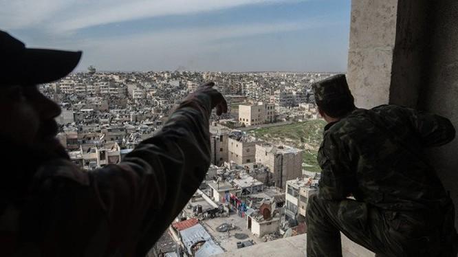 Binh sĩ quân đội Syria đối diện với khu chung cư dự án 1070 ở Tây Nam Aleppo
