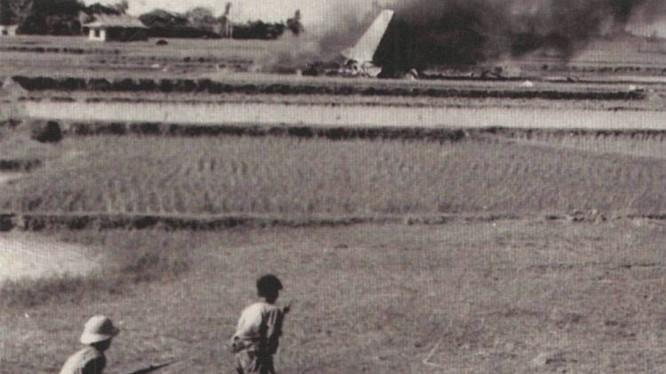 Một máy bay ném bom chiến lược B-52 bị bắn rơi