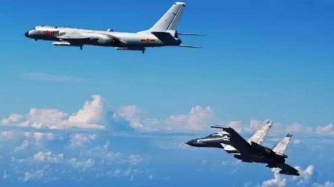 Máy bay ném bom chiến lược và máy bay S-30 của Trung Quốc thực hành diễn tập