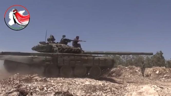 Xe tăng lực lượng vũ trang địa phương NDF trên chiến trường sa mạc tỉnh Homs