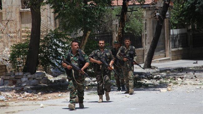 Binh sĩ quân đội Syria tuần tiễu trên đường phố Aleppo
