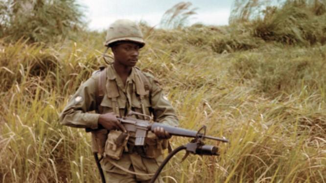 """Lính Mỹ với thiết bị dò tìm """"đánh hơi"""",ống thu không khí gắn trên nòng súng"""