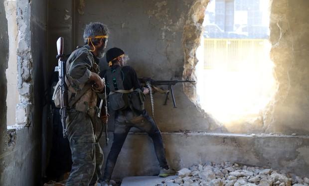 Binh sĩ quân đội Syria chiến đấu ở Aleppo