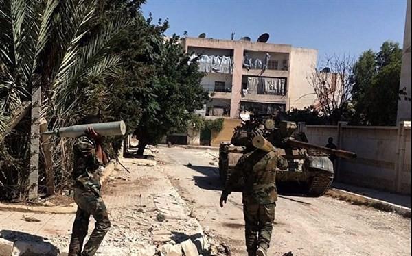 Lính tăng Syria vác đạn ra xe tăng của mình ở Tây Ghouta.