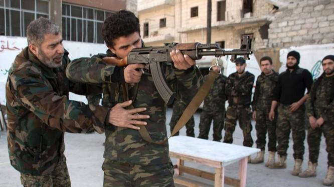 Nhóm chiến binh Hồi giáo cực đoan Al Nusra đang huấn luyện các tay súng mới gia nhập bắn súng