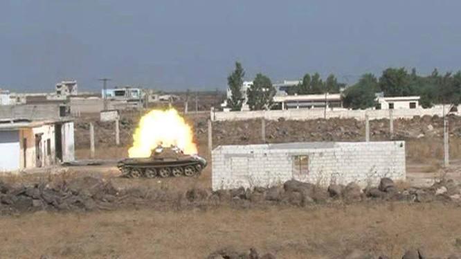 Xe tăng quân đội Syria tấn công trên chiến trường Nam Aleppo