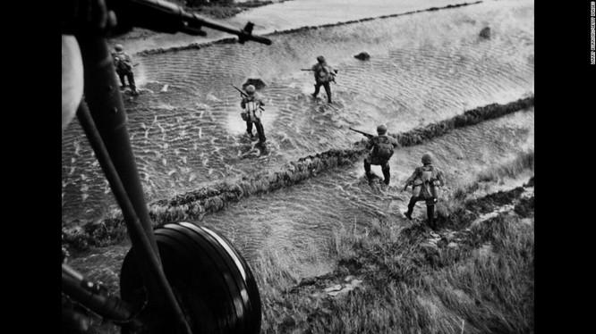 Trực thăng Mỹ bay yểm trợ hỏa lực cho bộ binh trên cánh đồng Việt Nam
