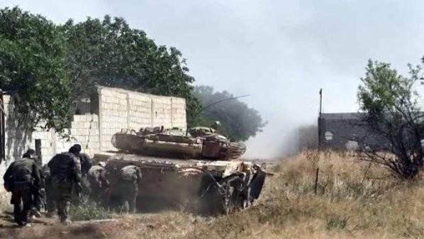 Binh sĩ quân đội Syria cùng xe tăng tấn công trên vùng Đông Ghouta