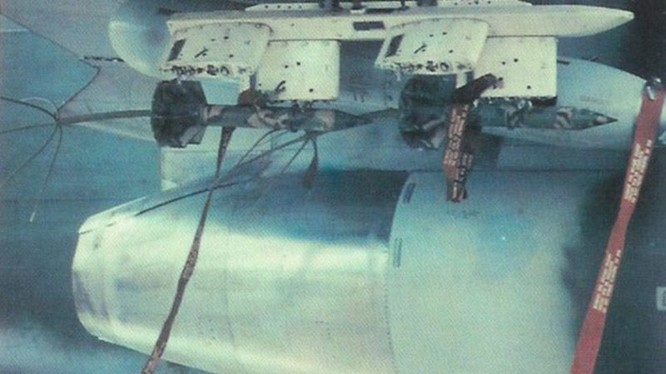 """Một máy bay cường kích Mỹ đang chuẩn bị thả """"Cây nhiệt đới"""" trên chiến trường Miền Nam Việt Nam"""