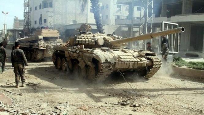 Xe tăng quân đội Syria trên chiến trường Deir ez Zor