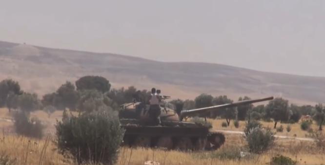 Xe tăng quân đội Syria trên chiến trường tỉnh Hama