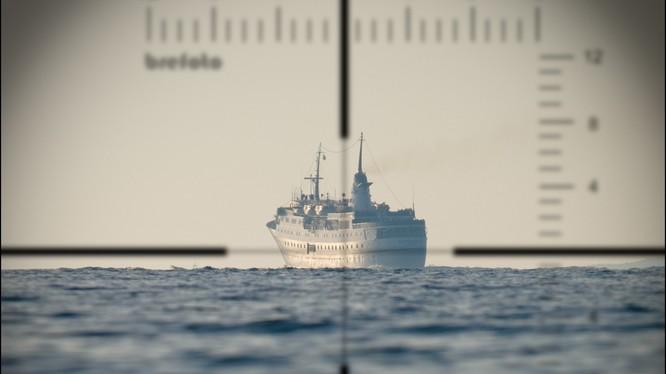 Quan sát mục tiêu qua kính tiềm vọng trên tàu ngầm