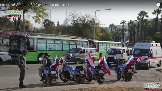 Lực lượng xe cứu hộ, bảo vệ an ninh Syria đứng dày đặc đón người dân, nhưng không có kết quả nào đáng kể