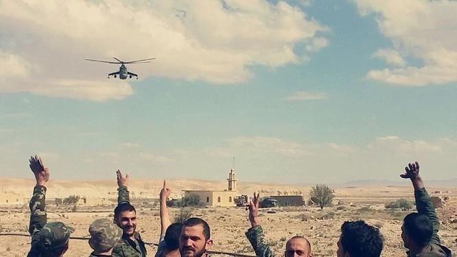 Binh sĩ Syria cùng máy bay trực thăng chiến đấu Nga bảo vệ khu vực dầu mỏ gần Palmyra