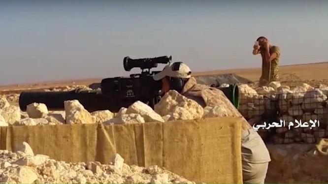 Binh sĩ quân đội Syria sử dụng tên lửa chống tăng Toophan-1 của Iran, tương tự như TOW tấn công lực lượng Hồi giáo cực đoan