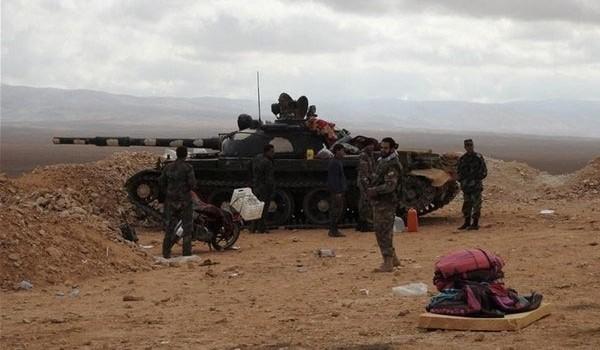 Xe tăng quân đội Syria trên chiến tuyến phòng ngự ngoại vi thành phố Aleppo