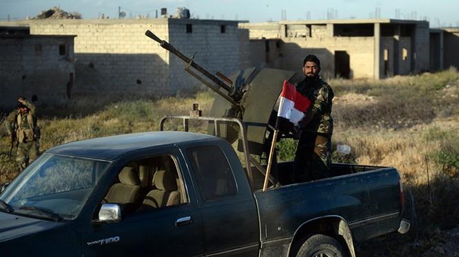 Binh sĩ Syria với súng máy phòng không hạng nặng gắn trên xe bán tải