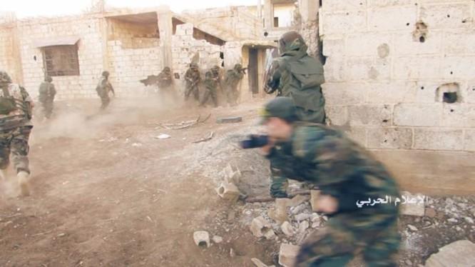 Binh sĩ Syria và Hezbollah chiến đấu trên vùng ngoại ô thành phố Aleppo