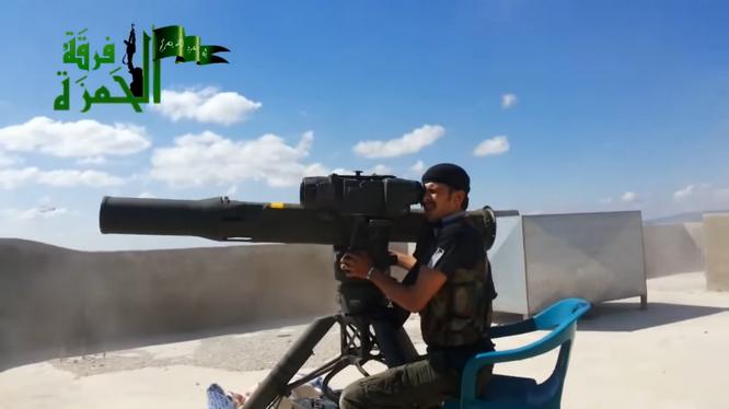 Một xạ thủ được Mỹ huấn luyện đang sử dụng tên lửa TOW chống quân đội Syria