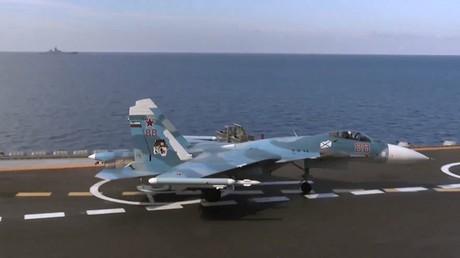 Máy bay tiêm kích đa nhiệm Su-33 của không quân Nga trên tàu sân bay Đô đốc Kuznetsov
