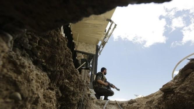 Binh sĩ Syria trên miệng đường hầm lớn mà trong đó một đơn vị quân đội Syria đã đặt 1 tấn thuốc nổ TNT
