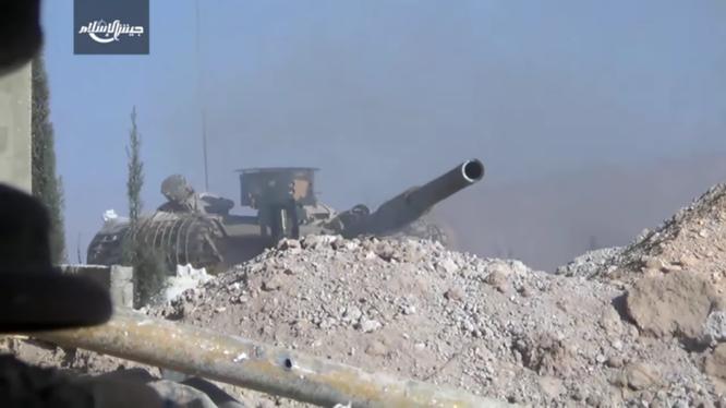 Xe tăng quân đội Syria đối mặt với lực lượng Hồi giáo cực đoan trên khoảng cách gần