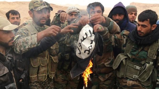 Binh sĩ quân đội Syria đốt cờ IS trên địa bàn tỉnh Homs