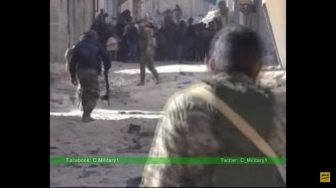 Binh sĩ Syria hướng dẫn người dân sơ tán trong vùng chiến sự