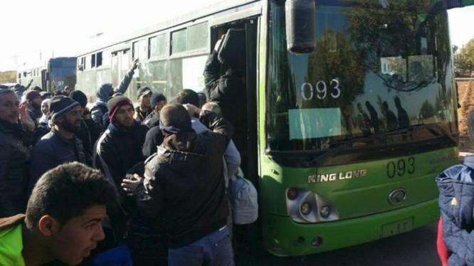 Những chiếc xe buýt xanh lá cây hòa bình đang đón chiến binh cực đoan về Idlib