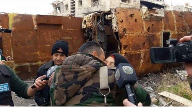 Binh sĩ Syria gặp lại người thân trong vùng đã giải phóng ở Aleppo