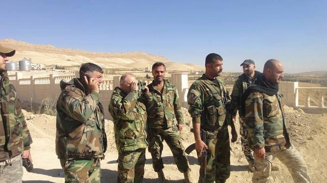 Binh sĩ lữ đoàn tình nguyện Lá chắn Qalamoun trên vùng ngoại vi thành phố Al-Tal